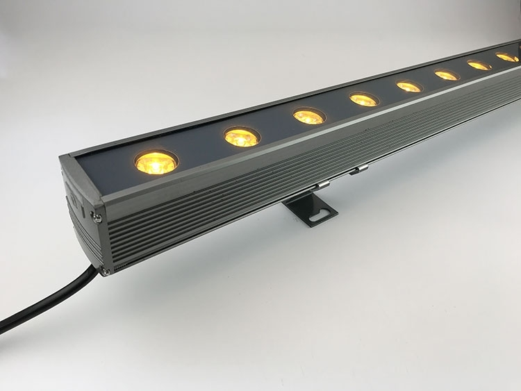 在使用户外灯具led线条灯注重其出光效率